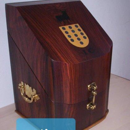 Faqueiro em Pau-santo com Brasão i iniciais embutidos
